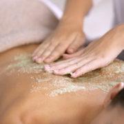 Kosmetik & Ganzkörperpeeling sorgen für ein traumhaft ebenes Hautbild.