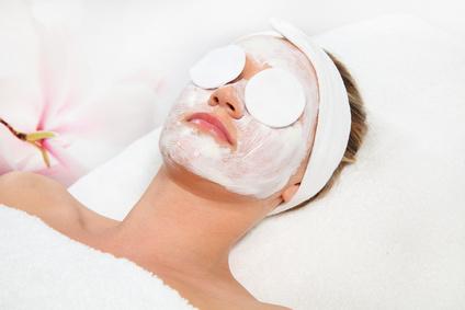 Gesichtsmaske und Peeling bei Mobile Kosmetik Massage Hamburg